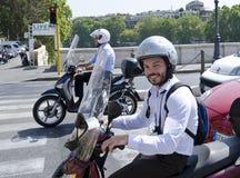 Uomo italiano sorridente sul motorino Immagini Stock Libere da Diritti