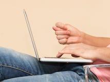 Uomo in jeans con un computer portatile Immagini Stock Libere da Diritti