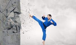 Uomo in kimono che tagliato parete Fotografie Stock