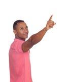 Uomo latino casuale che indica qualcosa Fotografia Stock Libera da Diritti