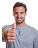 Uomo latino che mostra pollice Fotografie Stock