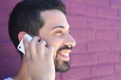 Uomo latino che parla sul telefono Immagine Stock