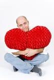 Uomo latino con un cuore rosso immagini stock