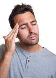 Uomo latino con un'emicrania Fotografie Stock