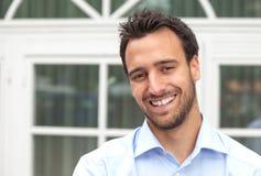 Uomo latino di affari che sorride all'aperto Immagini Stock