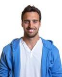 Uomo latino sportivo in un jersey blu Fotografia Stock
