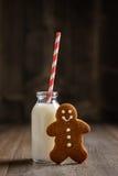 Uomo & latte di pan di zenzero Fotografia Stock Libera da Diritti