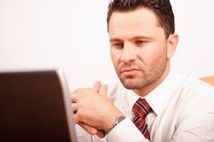 Uomo lavorante di affari con il computer portatile Fotografie Stock