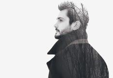 Uomo libero barbuto elegante di modo di doppia esposizione negli sguardi pensierosi di profilo Immagine Stock