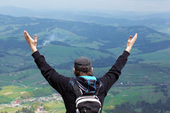 Uomo libero a braccia aperte alle montagne Immagini Stock