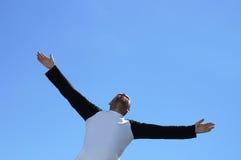 Uomo libero sui precedenti del cielo Fotografia Stock Libera da Diritti