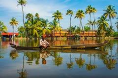 Uomo locale amichevole negli stagni del Kerala Fotografia Stock