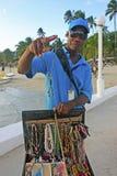 Uomo locale che vende gioielli alla spiaggia di Boca Chica fotografia stock