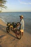 Uomo locale che vende le noci di cocco alla spiaggia di Boca Chica Fotografie Stock Libere da Diritti