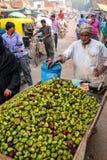 Uomo locale che vende singhara delle castagne d'acqua al marke della via Fotografia Stock