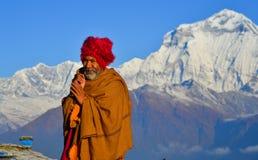Uomo locale sulla montagna nel villaggio di Khopra, Nepal fotografie stock