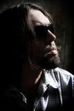 Uomo lungo dei capelli in un colpo scuro fotografia stock libera da diritti