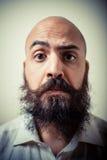 Uomo lungo divertente dei baffi e della barba con la camicia bianca Fotografia Stock