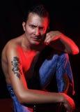 Uomo macho di seduta Fotografia Stock Libera da Diritti