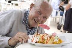 Uomo maggiore anziano con il parfait Fotografie Stock