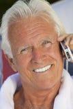 Uomo maggiore bello che comunica sul telefono delle cellule fotografia stock libera da diritti