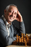 Uomo maggiore che gioca scacchi Fotografie Stock Libere da Diritti