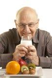 Uomo maggiore che mangia una prima colazione sana Fotografia Stock Libera da Diritti