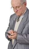 Uomo maggiore che per mezzo di un telefono mobile fotografie stock