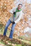 Uomo maggiore che riordina i fogli in giardino Fotografia Stock Libera da Diritti