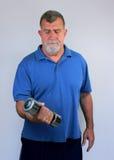 Uomo maggiore che si esercita con il Dumbbell Fotografia Stock Libera da Diritti