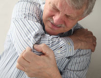 Uomo maggiore con i giunti dolorosi Fotografie Stock Libere da Diritti