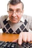 Uomo maggiore con il calcolatore Fotografie Stock Libere da Diritti