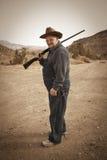 Uomo maggiore con il fucile da caccia Fotografia Stock