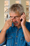 Uomo maggiore con il telefono fotografie stock