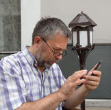 Uomo maggiore con il telefono astuto Immagine Stock Libera da Diritti