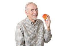 Uomo maggiore con la mela rossa fresca Fotografia Stock