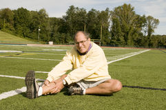 Uomo maggiore di Medio Evo che si esercita sul campo di sport Fotografie Stock