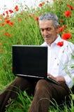 Uomo maggiore e computer portatile Fotografia Stock Libera da Diritti