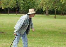 Uomo maggiore fuori per una camminata Fotografie Stock
