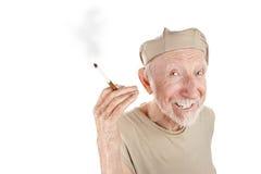 Uomo maggiore stracciato con la sigaretta fotografia stock