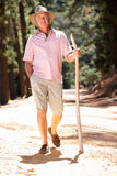 Uomo maggiore sulla camminata del paese Fotografia Stock