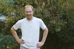 Uomo in maglietta bianca Fotografia Stock