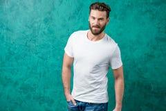 Uomo in maglietta bianca fotografia stock libera da diritti