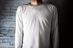 Uomo in maglietta bianca in bianco Fotografia Stock Libera da Diritti