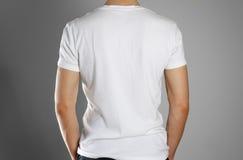 Uomo in maglietta bianca in bianco rear Ready per il vostro disegno Mani Fotografia Stock