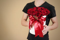 Uomo in maglietta nera che tiene un mazzo ricco disponibile del regalo di rosso 21 Immagine Stock