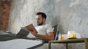 Uomo malato che esamina bottiglia dei collirii mentre leggendo stock footage