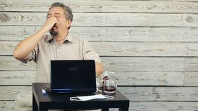 Uomo malato che lavora al computer stock footage