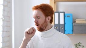 Uomo malato con i capelli rossi che tossisce, infezione della gola immagini stock libere da diritti