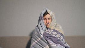 Uomo malato in coperta che prende temperatura archivi video